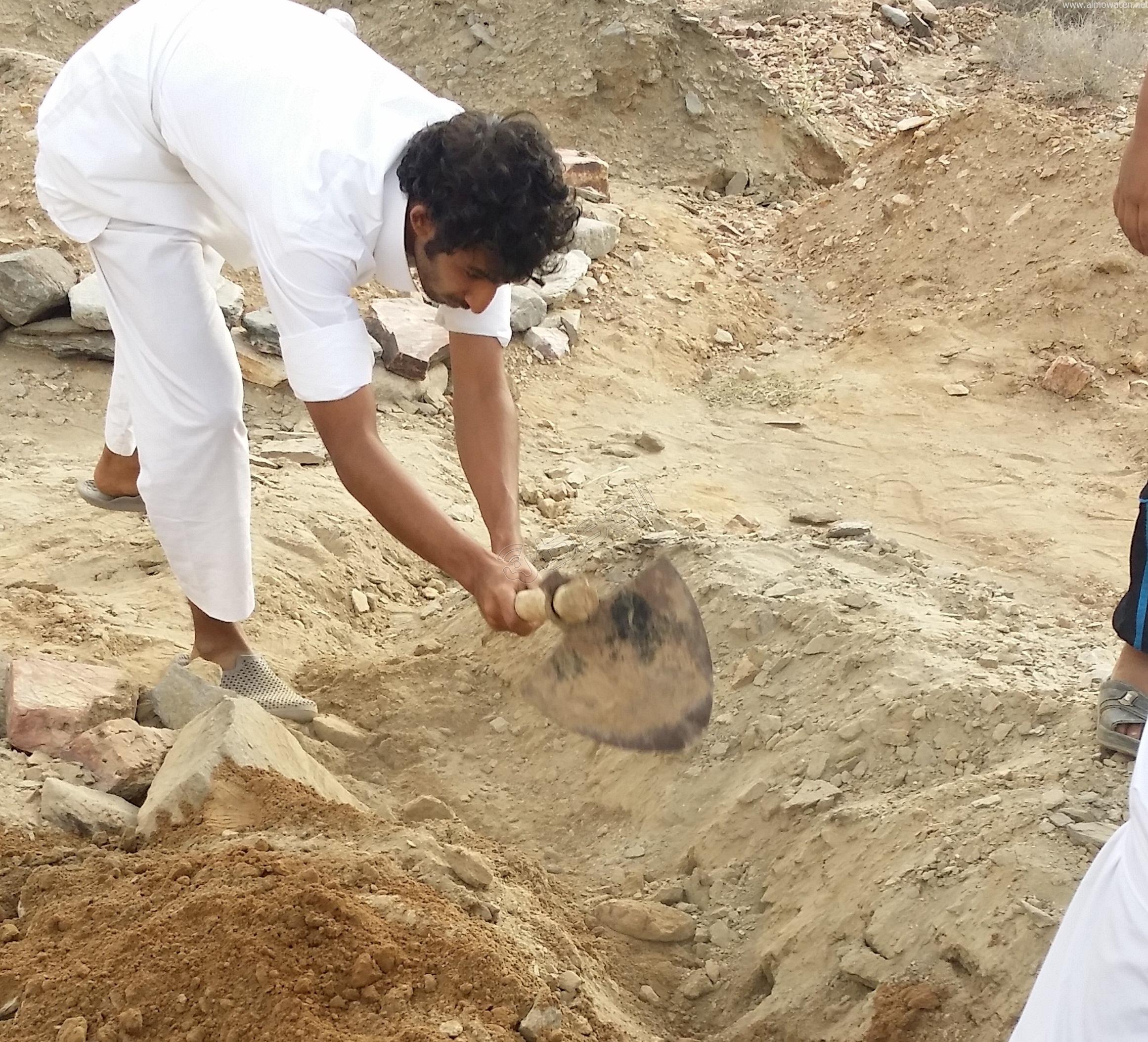 شباب #وادي_العرج ينقذون مقابرهم من السيول وبلدية #أضم غائبة (2)