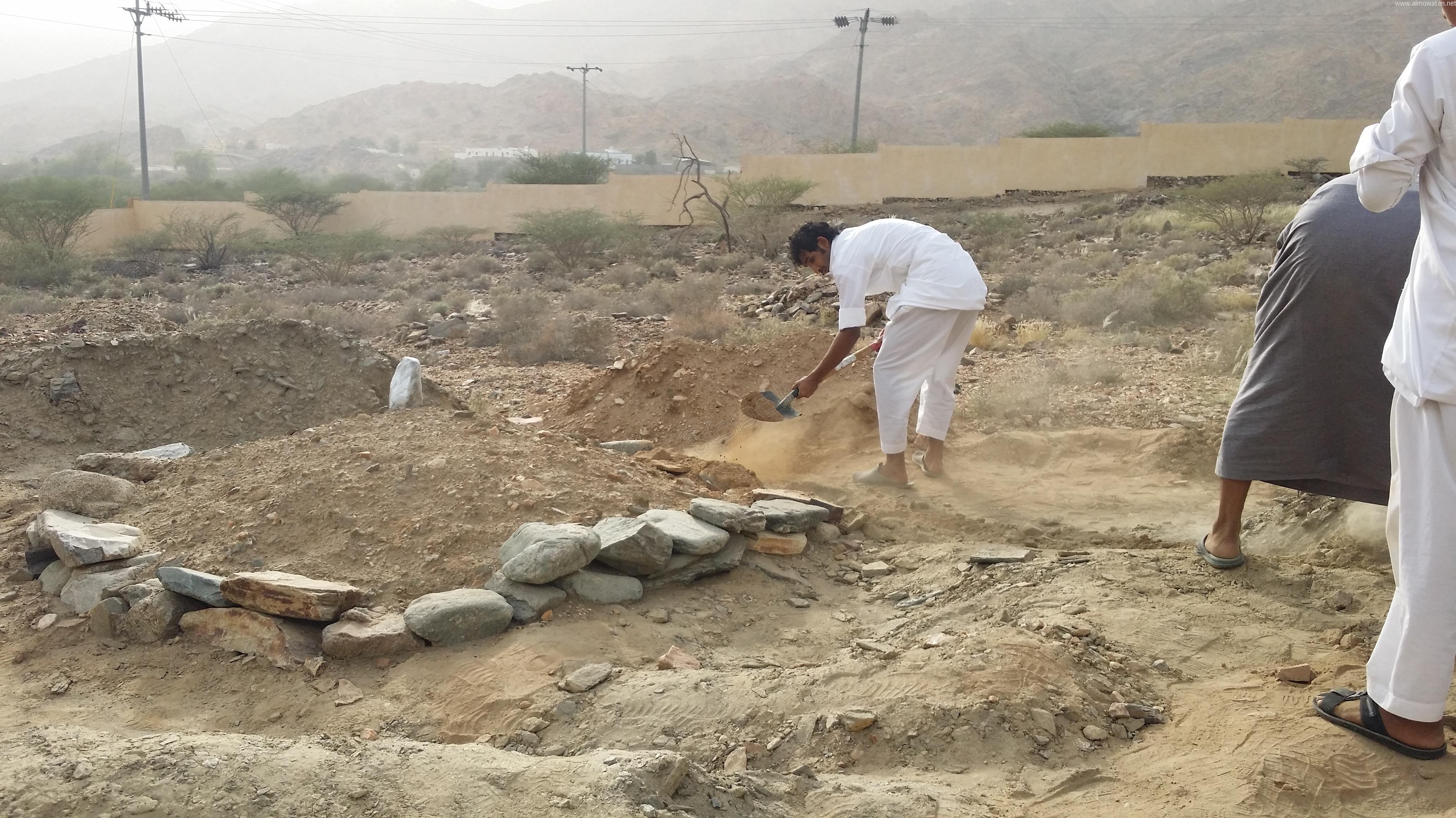 شباب #وادي_العرج ينقذون مقابرهم من السيول وبلدية #أضم غائبة (3)