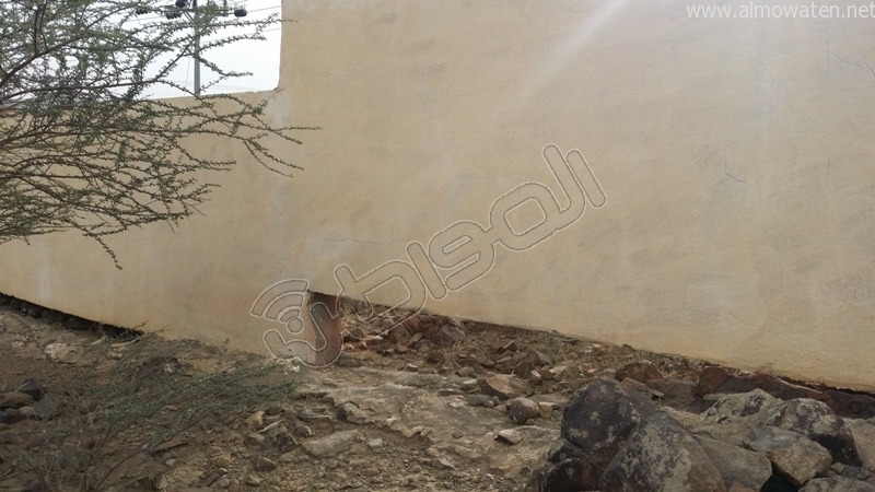 شباب #وادي_العرج ينقذون مقابرهم من السيول وبلدية #أضم غائبة (4)
