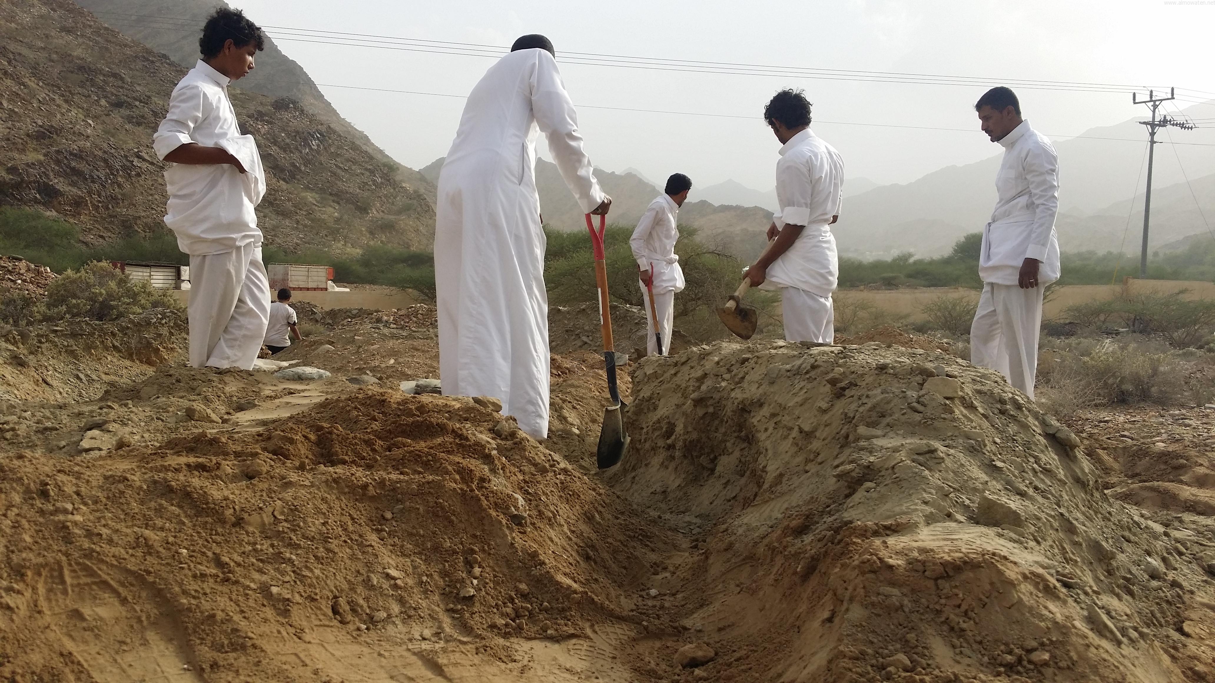 شباب #وادي_العرج ينقذون مقابرهم من السيول وبلدية #أضم غائبة (5)