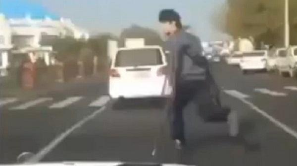 شحاذ يعبر الشارع