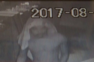 شاهد.. شخص يسرق محل جوالات في بيشة وهو عارٍ - المواطن