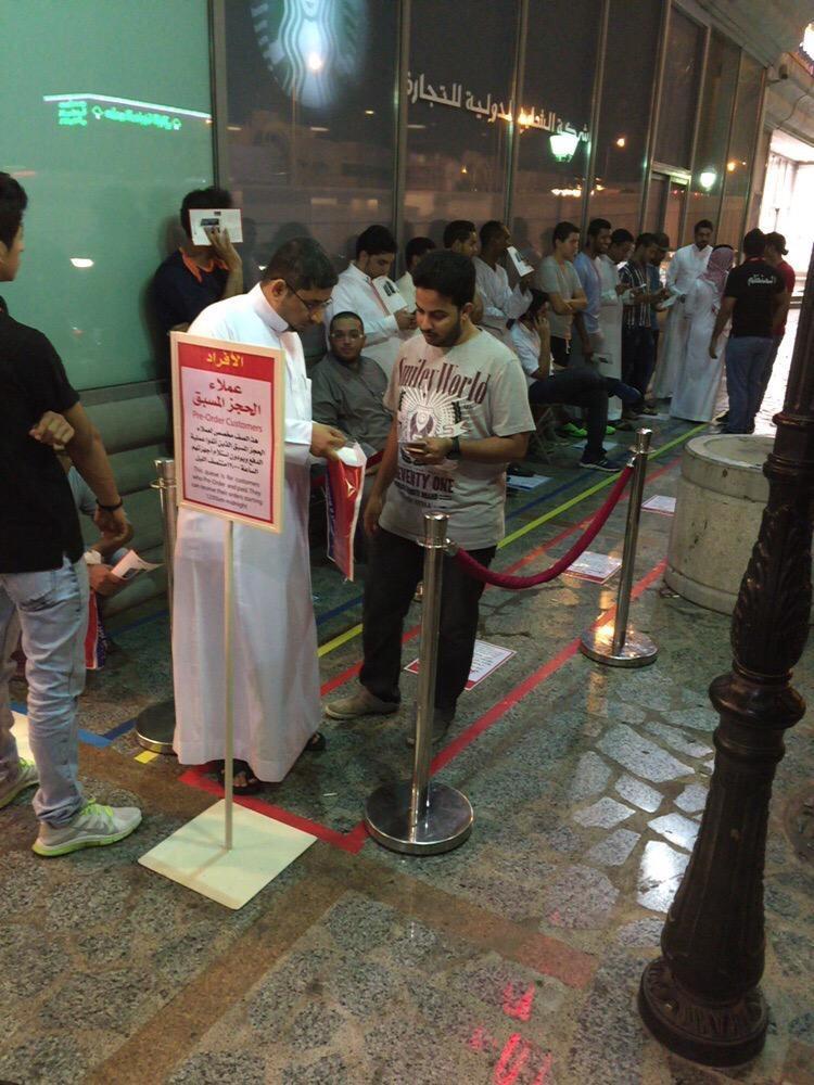 شاهد .. حضور مبكر للراغبين بشراء ايفون 6s أمام جرير - المواطن