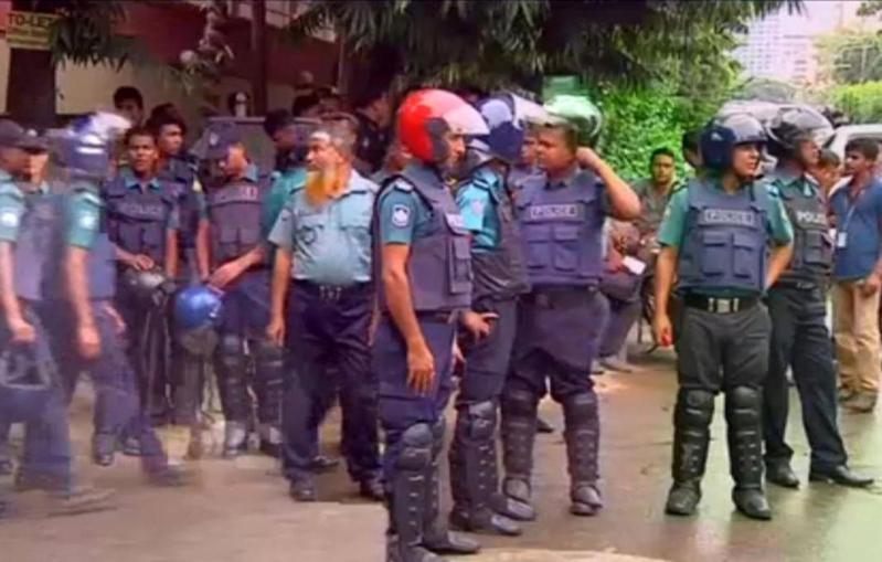 شرطة التدخل السريع اقتحمت المطعم في داكا