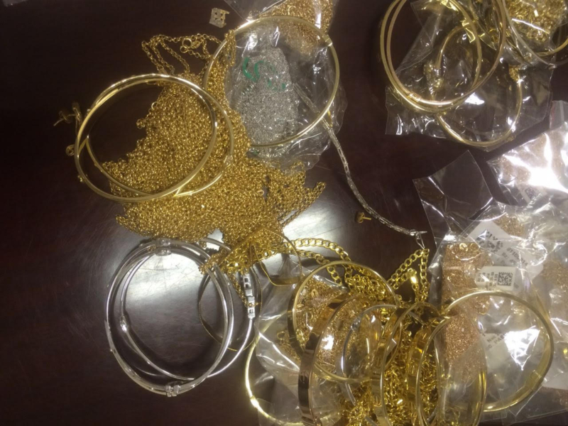 شرطة الرياض تلقي القبض على سارقي نقود وذهب (232391229) 