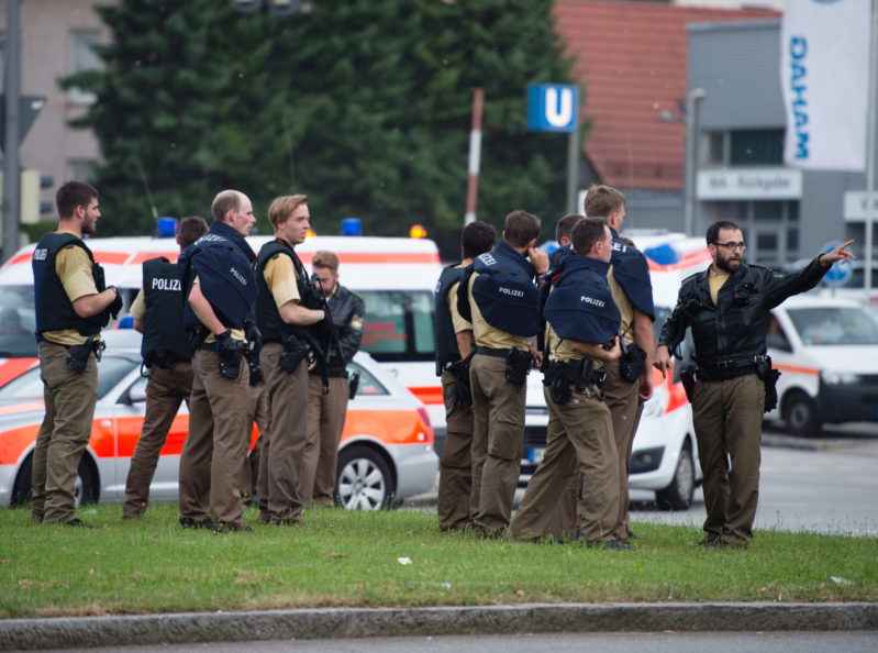 Police walks towards a shopping mall amid a shooting on July 22, 2016 in Munich. Several people were killed on Friday in a shooting rampage by a lone gunman in a Munich shopping centre, media reports said / AFP PHOTO / dpa / Matthias Balk / Germany OUT