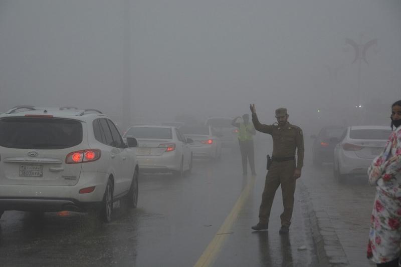 شرطة عسير تحت المطر (11)
