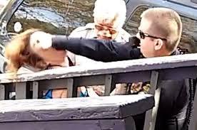 شرطي أمريكي يلكم امراة