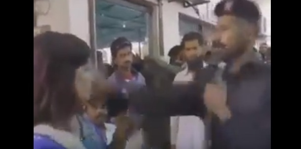 شرطي باكستاني يصفع مذيعة