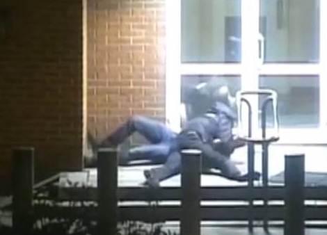 شرطي روسي يصارع دبلوماسياً أمريكياً ويسقطه أرضاً
