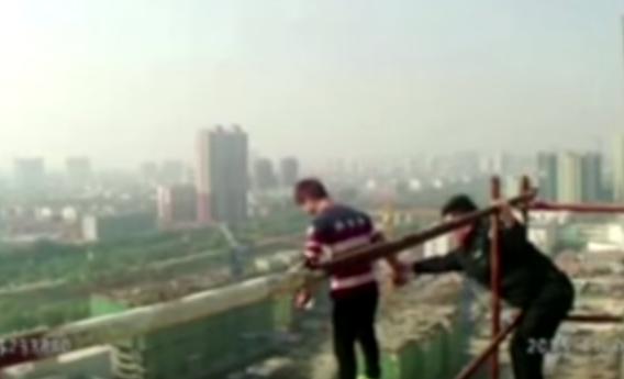 شرطي صيني يخاطر بحياته لانقاذ شاب يحاول الانتحار