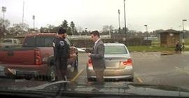شرطي يعلم سائق سيارة ربط الكرافتة
