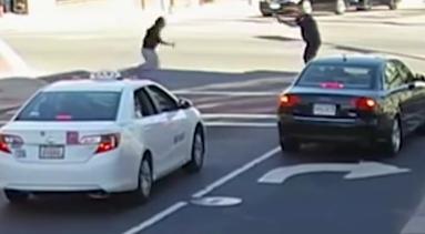 شرطي يقتل رجل هاجمه بسكين