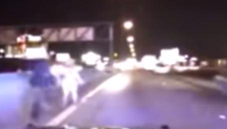 شرطي ينقذ امرأة هربت منه في الطريق السريع