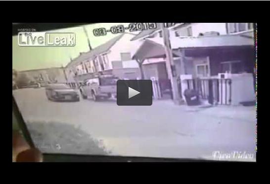 شرطي ينقذ طفلا من حادث