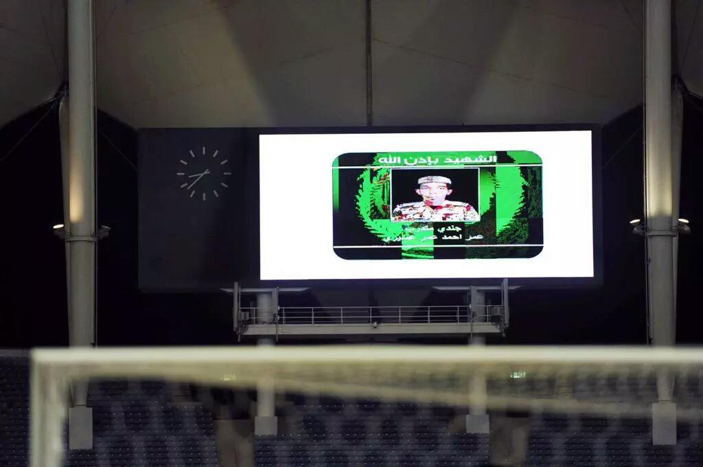 صور شهداء الواجب تزين شاشات ملعب الملك فهد الدولي خلال مواجهة #الهلال و #الوحدة في افتتاحية الدوري السعودي - المواطن