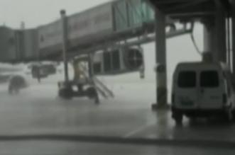 شاهد .. صاعقة قوية تفجر عجلات طائرة ركاب - المواطن