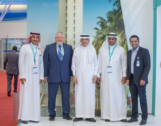 صورة جماعية لإدارة طيران ناس مع مدير عام  عام مطار الملك خالد الدولي يوسف العبدان