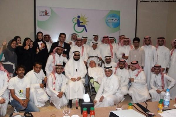 صورة جماعية مع الفنان طلال سلامة أثناء حضوره لدعم المبادرة معنوياً