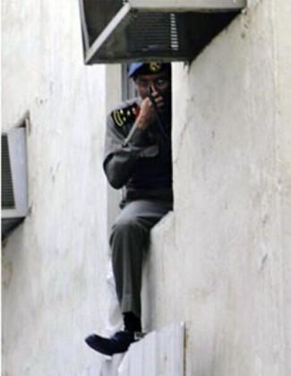 صورة ضابط معلق