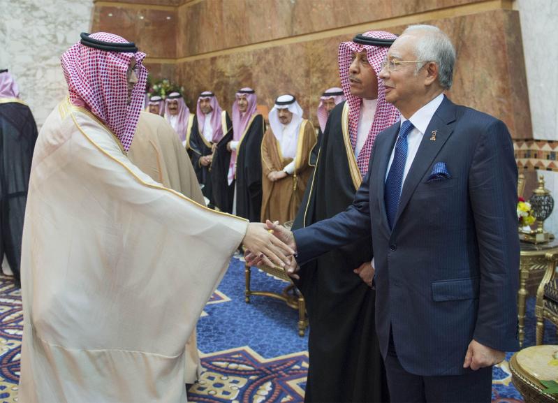 صور استقبال خادم الحرمين الشريفين لرئيس وزراء ماليزيا11