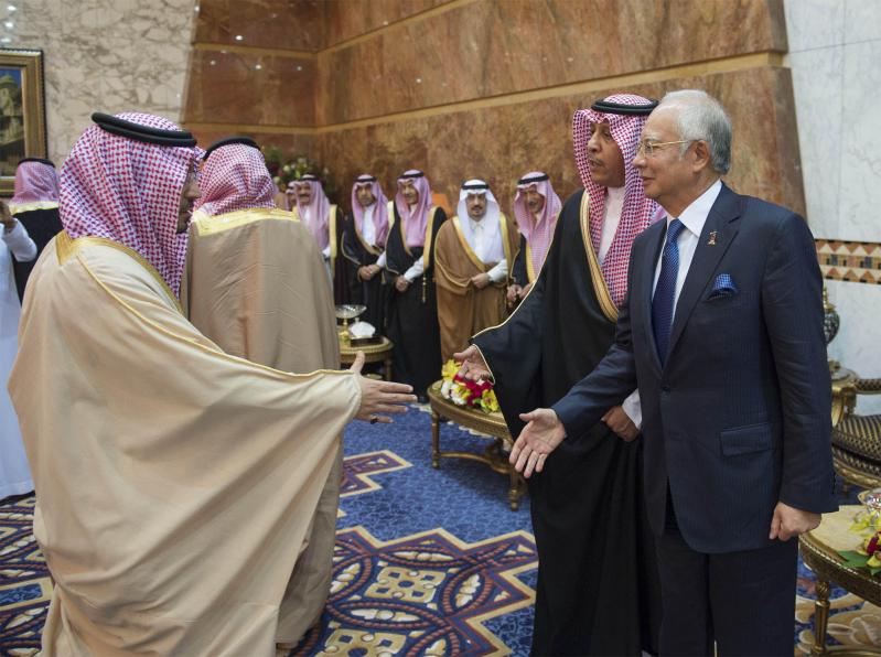 صور استقبال خادم الحرمين الشريفين لرئيس وزراء ماليزيا12