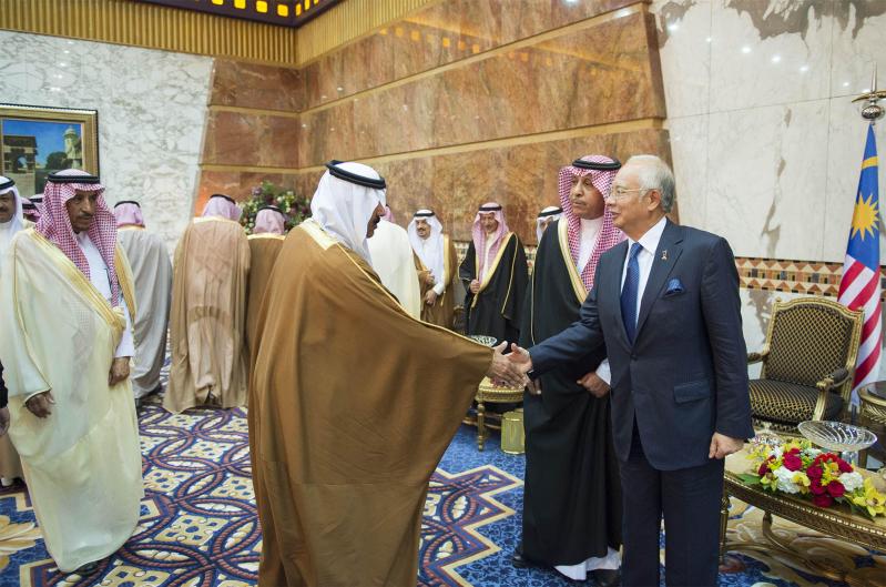صور استقبال خادم الحرمين الشريفين لرئيس وزراء ماليزيا13
