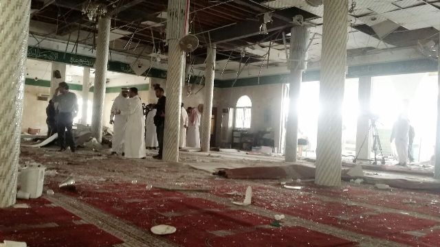 لقطات من مسجد القديح .. أشلاء الإرهابي على الأرضية والجدران