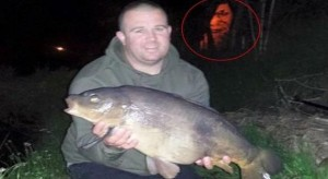 في بريطانيا.. شبح مخيف يظهر في خلفية صورة لصياد مع سمكته