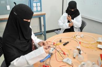 بالصور.. سعوديات يستعرضن تجربتهن في صيانة الجوالات - المواطن