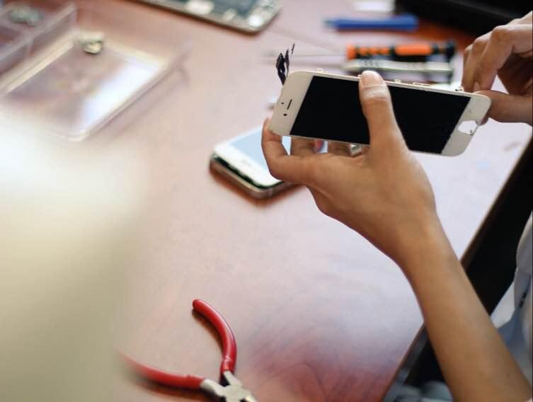 صيانة الهواتف الذكية بأيدي سعودية.