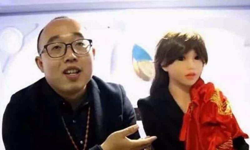 صيني يتزوج روبوتا صنعه!