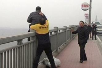 صيني ينقذ ناس من الانتحار