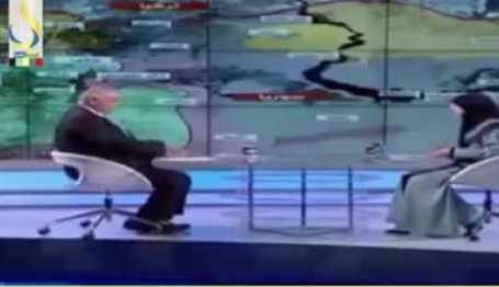 ضيف أحد البرامج يفقد توازنه ويسقط على الهواء