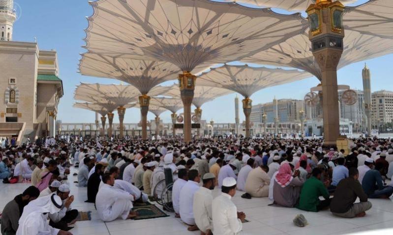 ضيوف الرحمن زوار المسجد النبوي يؤدون صلاة الجمعة
