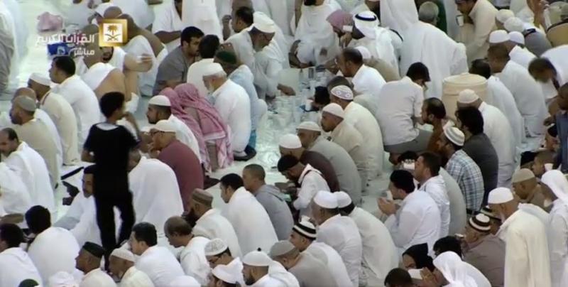 ضيوف الرحمن يتناولون إفطارهم الأول بالحرم المكي (1) 