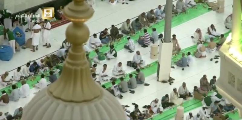 ضيوف الرحمن يتناولون إفطارهم الأول بالحرم المكي (99152725) 