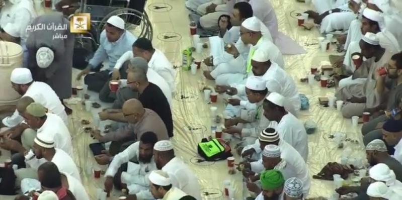 ضيوف الرحمن يتناولون إفطارهم الأول بالحرم المكي (99152726) 