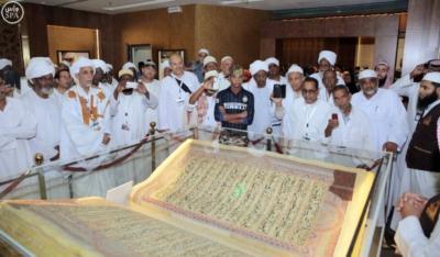 ضيوف خادم الحرمين يزورون معرض القرآن الكريم بالمدينة المنورة2