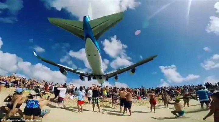 طائرة تمر فوق رؤوس المصيفين