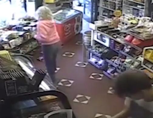 طائر نورس يسبب فوضى بمتجر