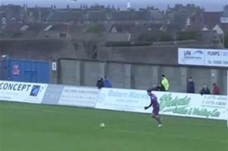 بالفيديو.. لاعب يصطاد طائر نورس خلال مباراة كرة قدم - المواطن