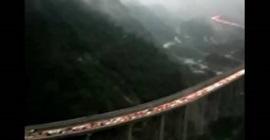 طابور سيارات اعلى جسر في الصين