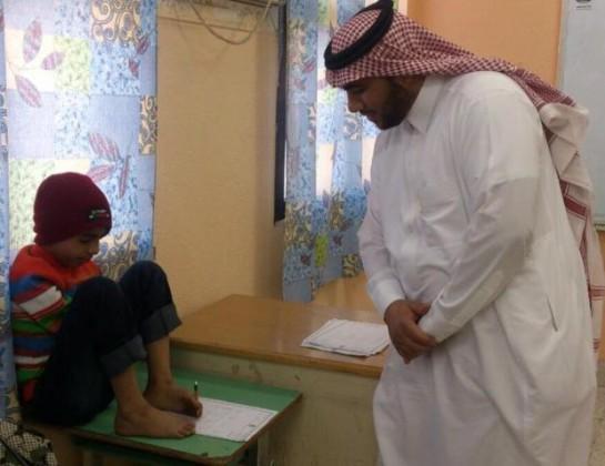 طالب ابتدائي بالأحساء يتحدى الاعاقه ويؤدي الاختبار بأصابع الأرجل (1)
