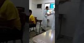 طالب يعتدي على أخر بوحشية في الفصل