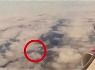 بالفيديو.. طبق طائر يتبع طائرةَ ركاب في سماء بريطانيا - المواطن