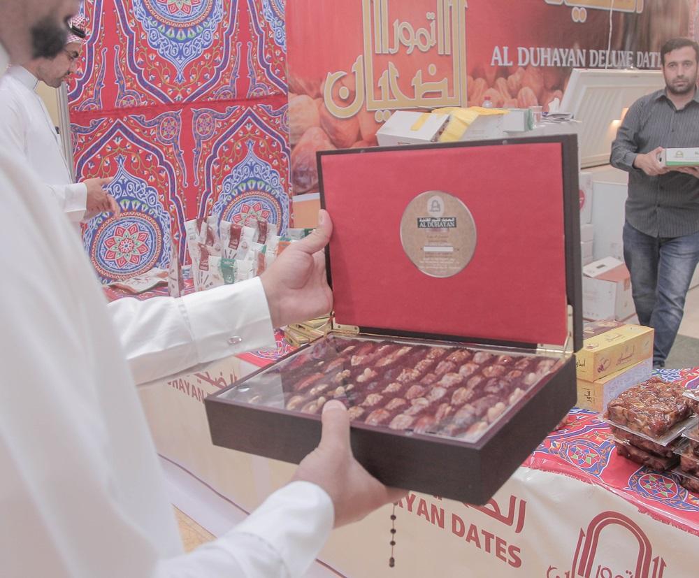 طرق جديدة لعرض التمور لزوار مهرجان قوت ببريدة (2)