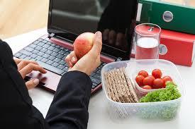 هل تعاني من التوتر في العمل؟.. تناول هذه الأطعمة - المواطن