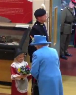 طفلة-اهدت-ورد-لملكة-بريطانيا