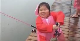 شاهد.. طفلة تصطاد سمكة عملاقة وتصيب الصيادين بالذهول - المواطن